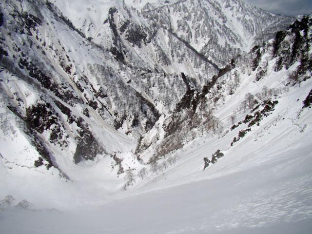 大滝の高巻き地点を上から見下ろす