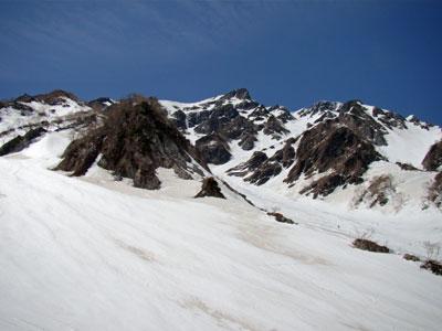 2号雪渓からスキーヤーが滑ってきた