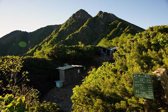 塩見小屋の向こうには塩見岳と天狗岩