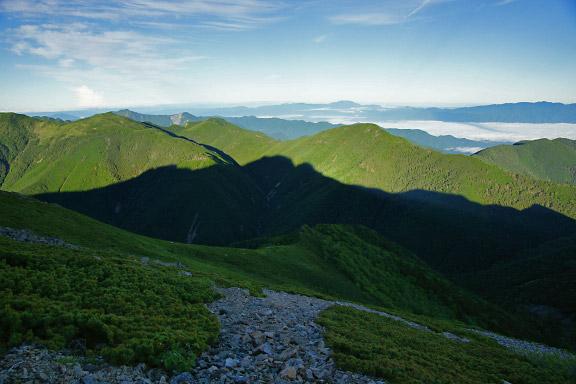 三伏沢に映る塩見岳の影