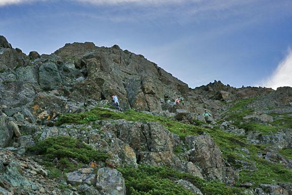 塩見岳の山頂直下の岩場