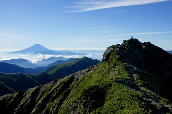 西峰から富士山と東峰を望む