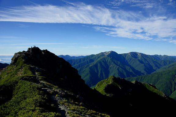 西峰から東峰と荒川三山を望む
