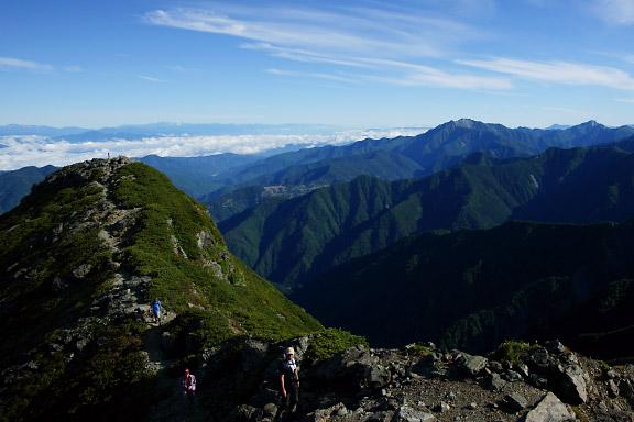 東峰から西峰、仙丈ヶ岳、甲斐駒を望む
