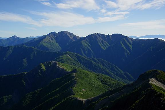 仙塩尾根の向こうには白峰三山が