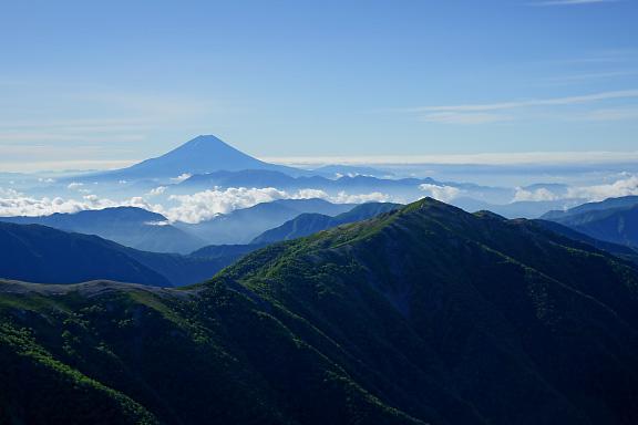 蝙蝠岳の向こうには富士山が
