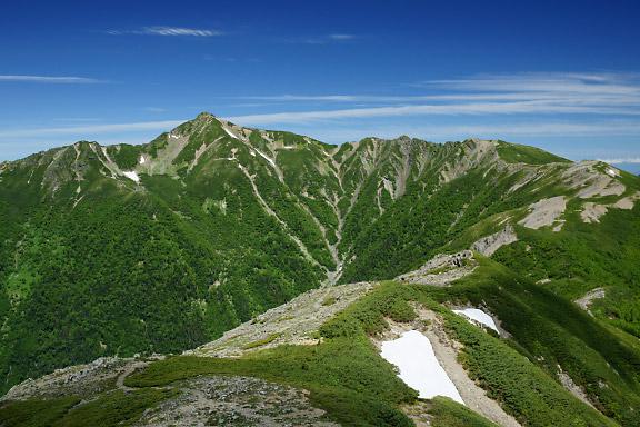 塩見岳と来た道を振り返って眺める