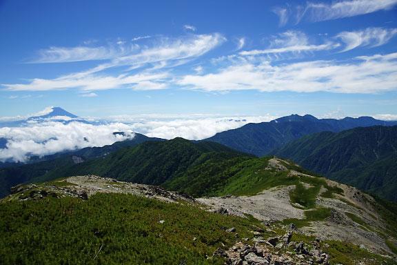 南へと続く蝙蝠尾根、右手には笊ヶ岳へと続く白峰南嶺の稜線
