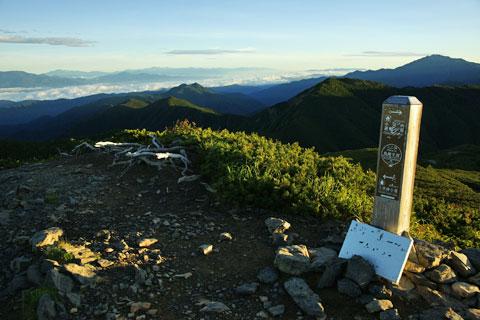 早朝の烏帽子岳山頂