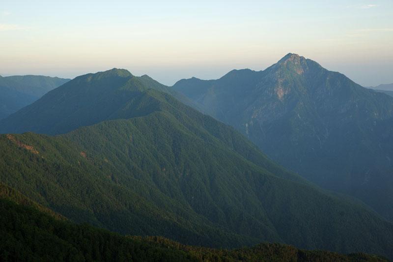 早川尾根の先にはアサヨ峰 右手には甲斐駒
