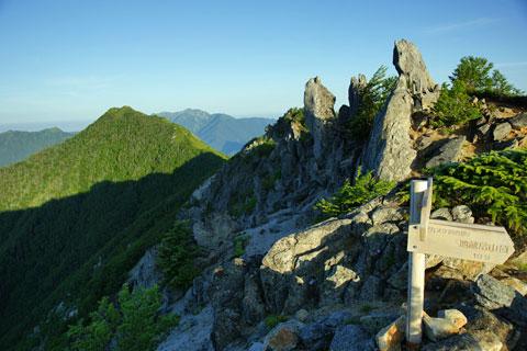 赤抜沢ノ頭から見た高嶺