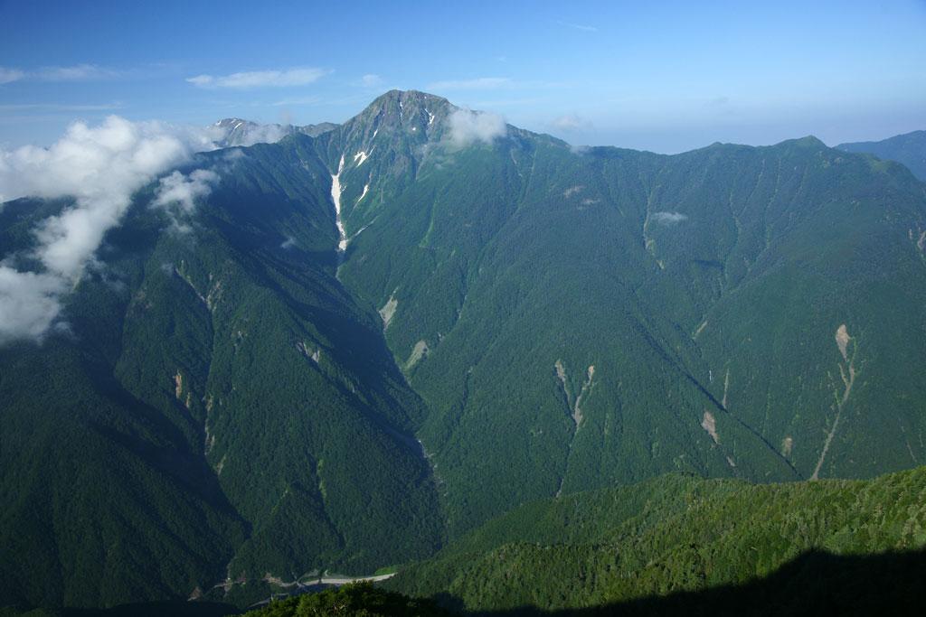 高嶺の山頂からの雄大な北岳