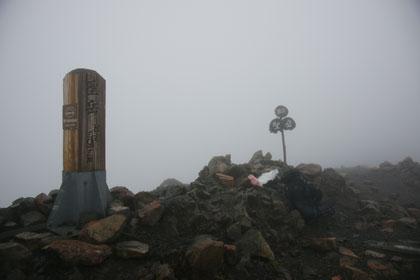 ガスに包まれた聖岳の山頂