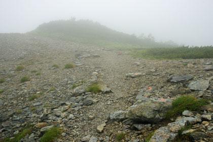 ザレた広い稜線から東側に一段下る