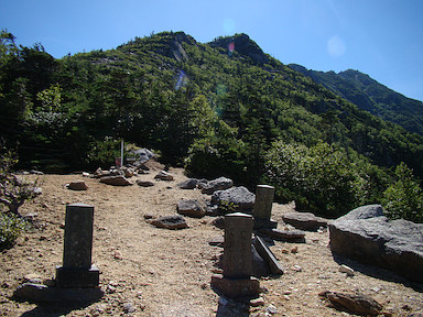 ザレた平場に並ぶ石碑