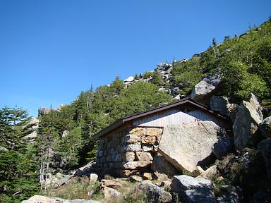 六合目の岩小屋