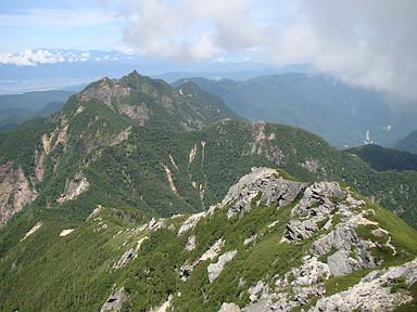 登りの途中で鋸岳を振り返る