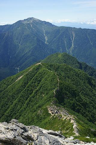駒津峰と双児山の向こうには仙丈ヶ岳