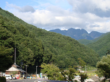 仙流荘から鋸岳を遠望
