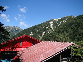 越百小屋から南駒ヶ岳と越百山を見上げる