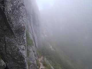 巨岩の横を通過する