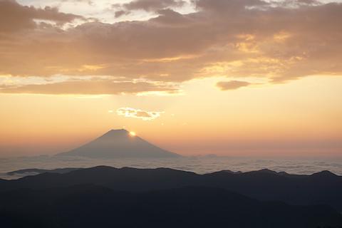 富士山の山肌からの日の出