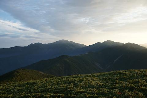 これから歩く聖岳への稜線