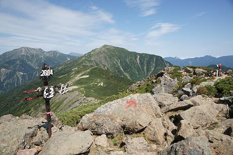 茶臼岳の山頂から聖岳、上河内岳を望む