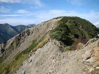 南岳の手前で崩壊地の縁を通過