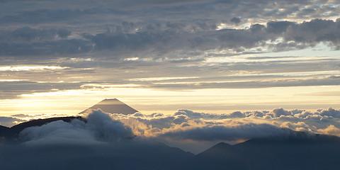 美しい色に染まった雲海