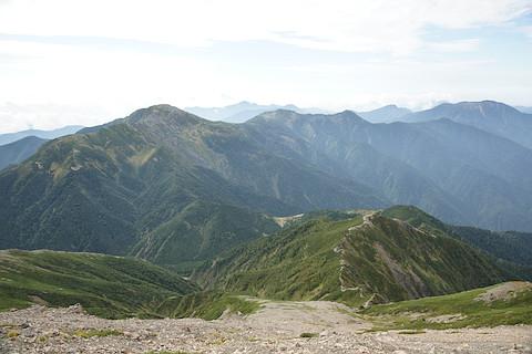 下山しながら上河内岳を眺める