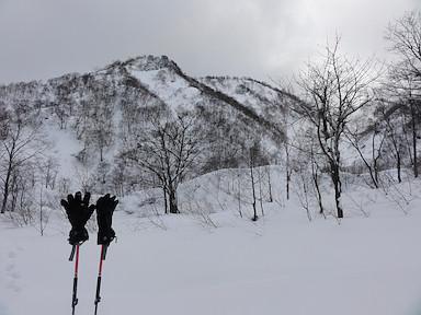 登り返し地点から見上げた鵯峰