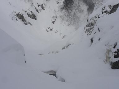 大滝の下のスノーブリッジ