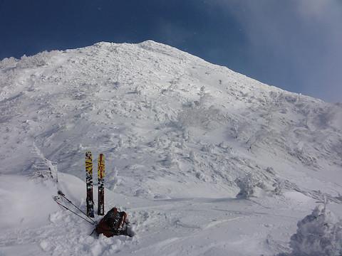 金山岩の山頂を見上げる