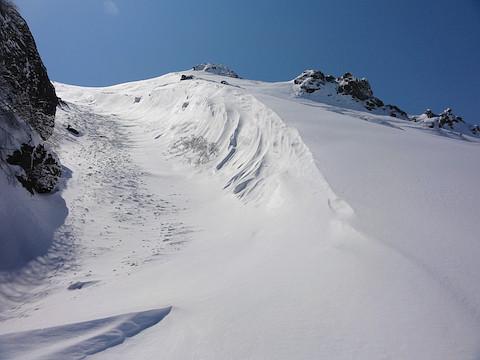 登るのは左のルンゼ 右側のパウダー斜面は帰りのお楽しみに