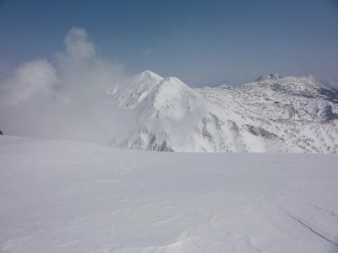 噴煙の向こうには火打山と妙高山