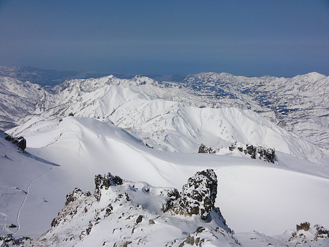 山頂から火口跡を見下ろす