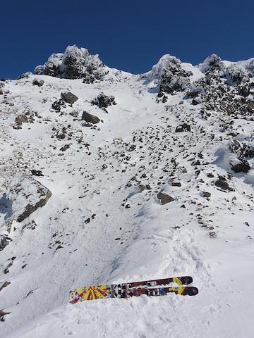 デポ地点から山頂を見上げる