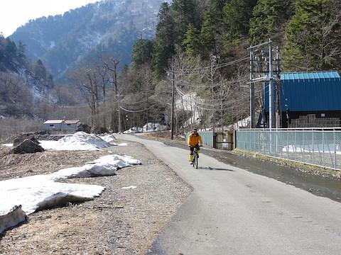 林道を自転車で飛ばす