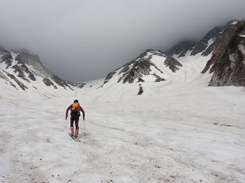 大雪渓を登る 上部には鉛色のガスが