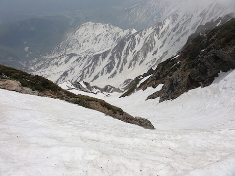二号雪渓を見下ろす