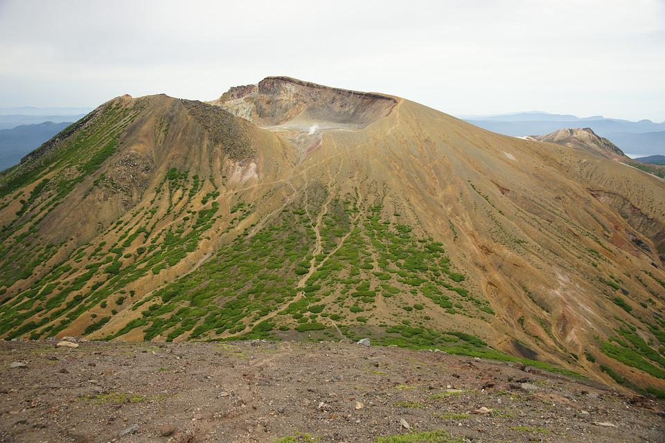 阿寒富士の山頂から雌阿寒岳を眺める