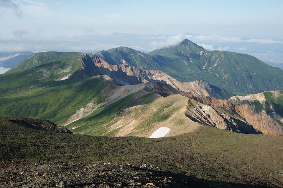 富良野岳へと続く稜線