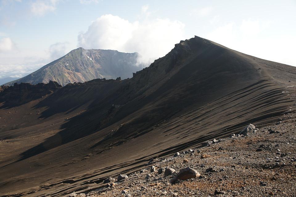 鋸岳の向こうに美瑛岳