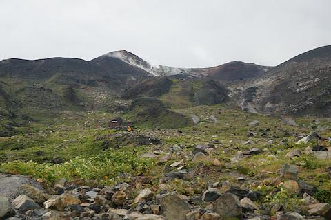 雲ノ平分岐から十勝岳を見上げる