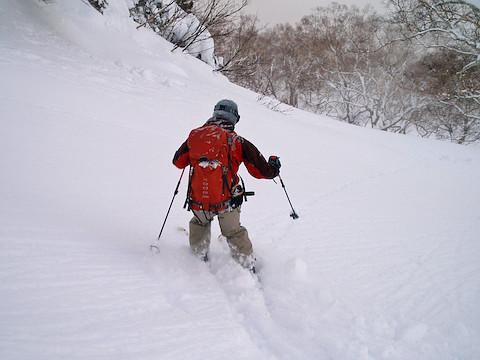 横前倉山の北東斜面にこれからドロップ