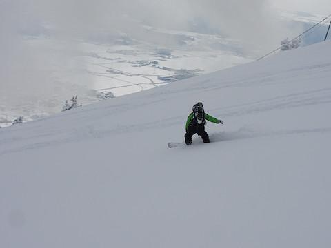 里を見下ろしてスキー場跡を滑走