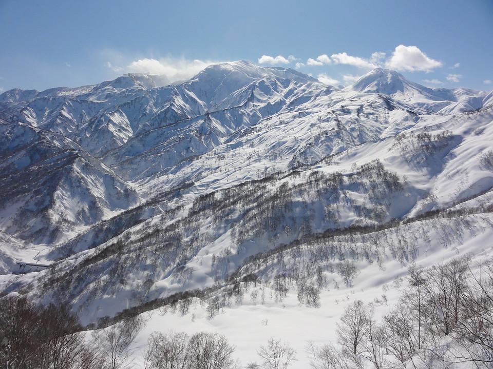 ゲレンデトップから眺めた妙高山、火打山、焼山。