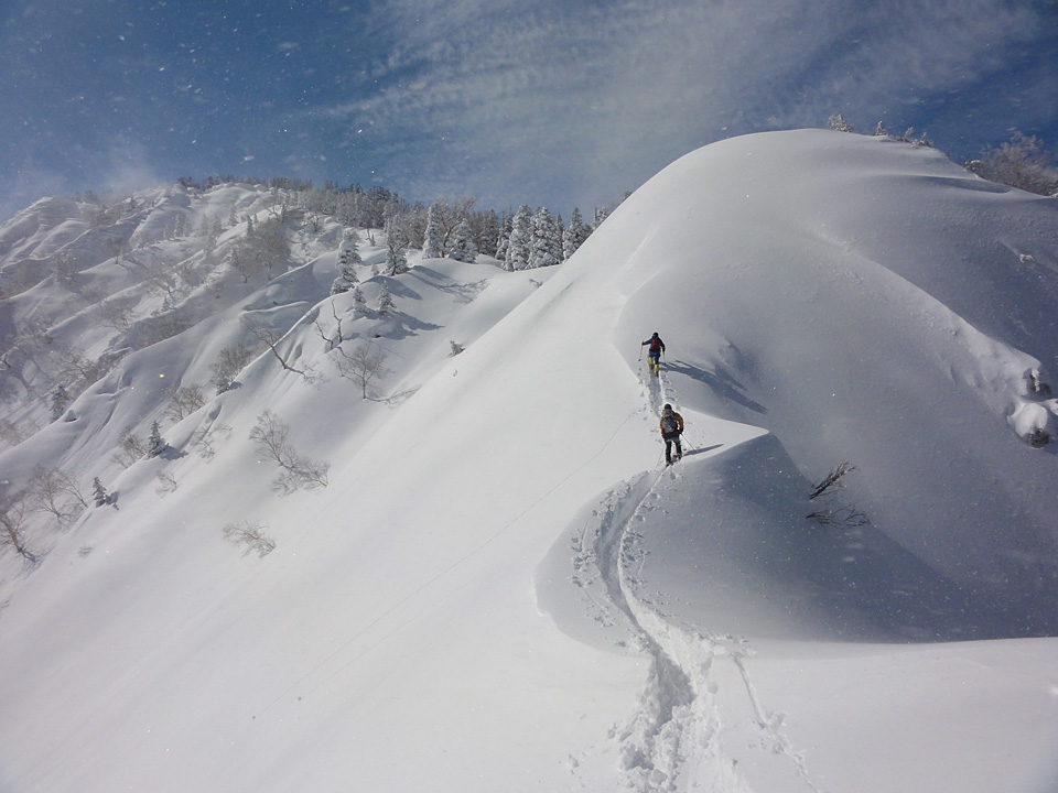 ヤセ尾根を通過。左上に見えるのが1897m峰。