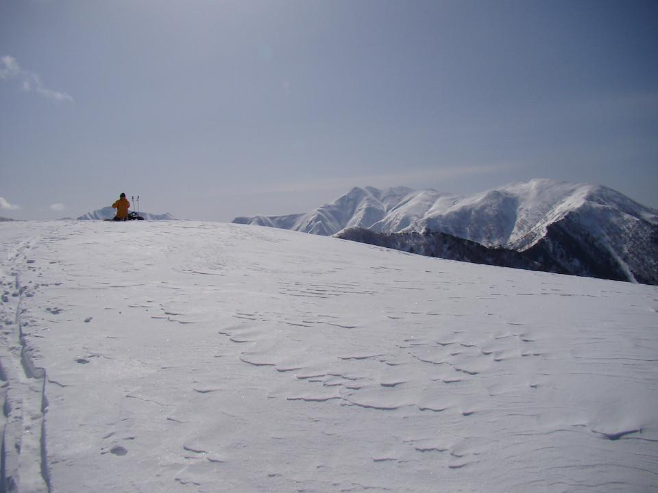東谷山の山頂から平標山を眺める